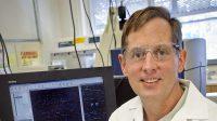 Le scientifique de Berkeley Lab, Gary Anderson, a mené une étude qui a identifié toutes les principales bactéries dégradant l'huile dans le déversement de pétrole Deepwater Horizon 2010.