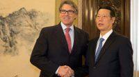 Rick Perry, secrétaire américain à l'Energie, et Zhang Gaoli, vice-Premier ministre chinois, lors d'une rencontre à Pékin le 8 juin 2017.