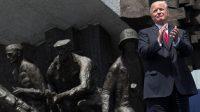 Le président américain Donald Trump applaudissant devant le Monument de l'Insurrection de Varsovie le 6 juillet 2017.