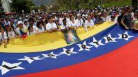 Des manifestants anti-Maduro marchent vers le siège de l'Eglise catholique à Caracas, le 22 avril 2017.