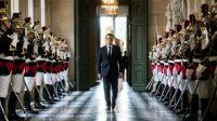 Le président de la République française , Emmanuel Macron,  traversant la galerie des Bustes du château de Versailles, le 3 juillet 2017,  pour sa première adresse au Parlement réuni en Congrès.