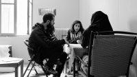 Un réfugié, un thérapeute et un interprète participent à une intervention de soutien psychosocial.