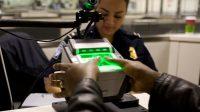 Les agents de l'immigration de l'aéroport New York JFK, testent une nouvelle technologie: la reconnaissance faciale des passagers ainsi que la prise de leurs empreintes.