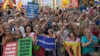 Plus de 100 000 personnes ont marché samedi à Barcelone contre le terrorisme.