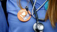 Royaume-Uni: les services de santé socialistes du NHS veulent faciliter le recrutement de médecins étrangers et réduire leurs exigences de formation
