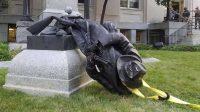 La statue à la gloire du soldat confédéré déboulonnée à Durham.