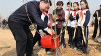 Le président chinois Xi Jinping, assiste à une activité de plantation d'arbres à Beijing, capitale de la Chine, le 29 mars 2017.