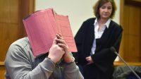 L'infirmier, Niels Högel, cache son visage derrière un dossier lors de l'ouverture d'un précédent procès à côté de son avocat Ulrike Baumann, le 26 février 2015.