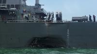 Le navire américain photographié après la collision, lundi 21 août.