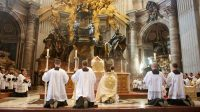 Pèlerinage Summorum Pontificum 2014 : messe du cardinal Burkeà Saint-Pierre de Rome.