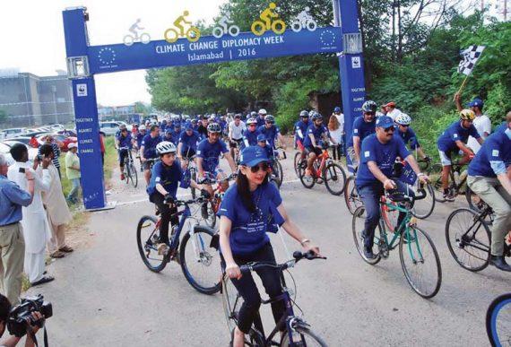 European Climate Diplomacy Day aligne cyclistes Islamabad photo