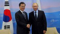Le président russe Vladimir Poutine et le président de la Corée du Sud, Moon Jae-In.