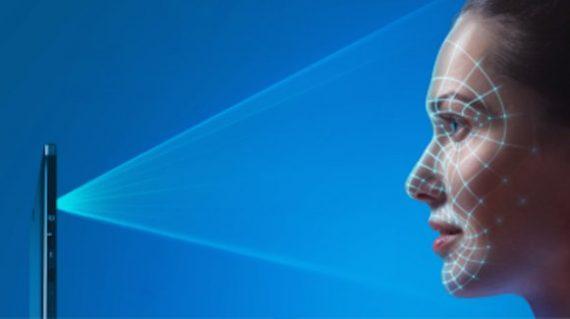 smartphone enregistre visage empreintes digitales allées venues