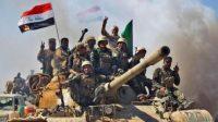 Des soldats des forces irakiennes fêtent leur victoire face à l'EI à Hawija, dans le nord du pays