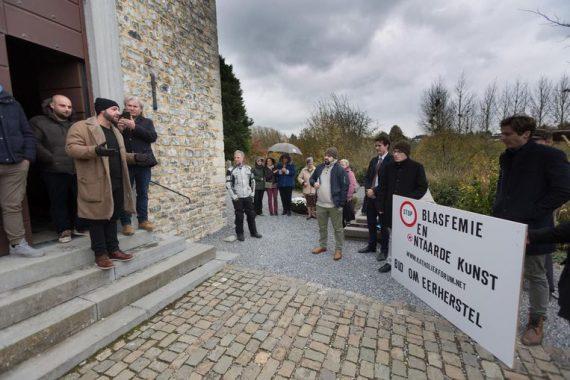 Protestations vache sacrée exposée chapelle catholique Looz Belgique