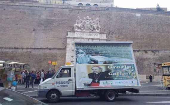 camion publicitaire hommage cardinal Caffarra police Vatican