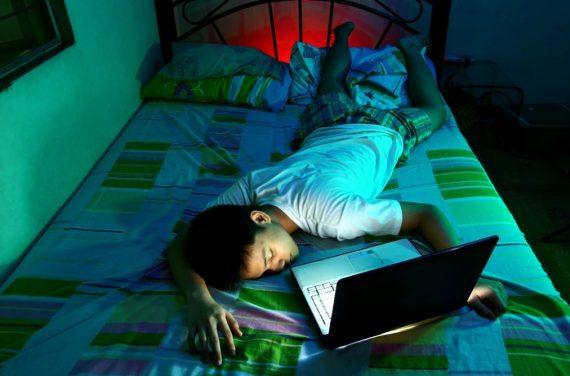 élèves école anglaise Eton Smartphones ordinateurs tablettes chambre