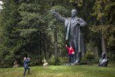 Les statues de Lénine abondent en ex Union soviétique, tandis que la Russie accuse la Pologne de mépriser les mémorials des soldats de l'Armée rouge