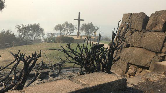 Miracle? La croix Serra de Ventura en Californie épargnée par les incendies
