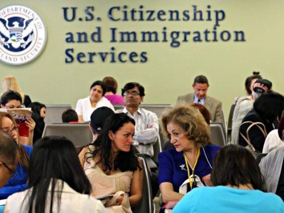 immigration exclut Américains marché travail bloque salaires