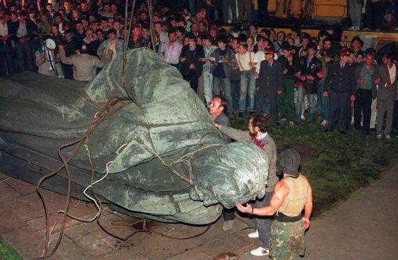 Le parti communiste russe réclame le retour du monument à Félix Dzerjinski, le tortionnaire fondateur de la Tchéka, le futur KGB