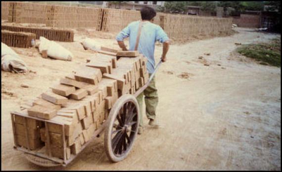 Chine ouvriers payés briques
