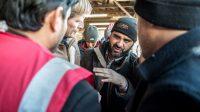 Le directeur de l'Ofpra, Pascal Brice, avec un migrant afghan à Calais, le 24 janvier 2016