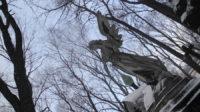 Pierre tombale statuaire au cimetière du monastère de Donskoï, à Moscou