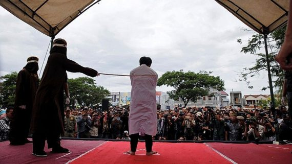 chrétiens fouettés place publique Indonésie charia non respect