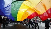 Une femme élevée par des lesbiennes témoigne contre LGBT et reçoit des menaces…