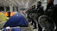 Hong Kong: des manifestants masqués tentent de prendre le Parlement
