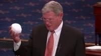 Un sénateur dénonce l'imposture du «réchauffement global», une boule de neige à la main