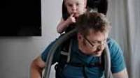 Pères suédois. Comment transformer les papas en mamans: des photos à faire sauter de joie les tenants de l'idéologie du genre
