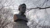 La photo : un buste de Snowden dans un parc de Brooklyn