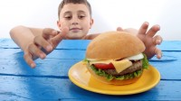 Royaume-Uni: Simon Stevens, directeur du NHS dénonce les parents en surpoids: le gouvernement doit les contraindre à maigrir!