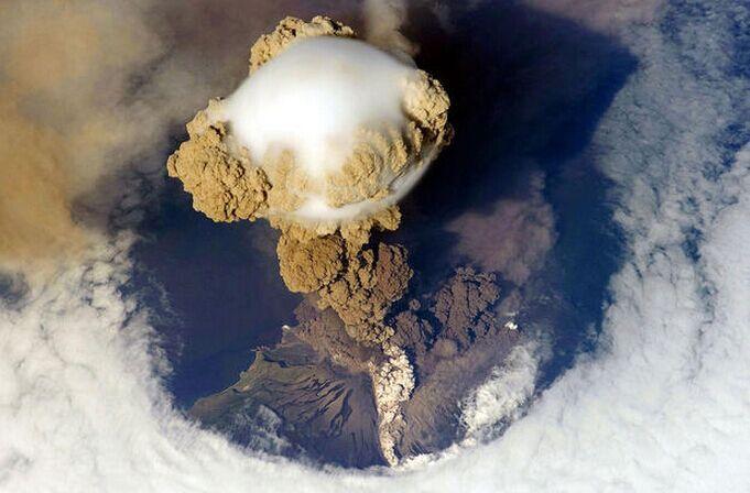 La photo: une éruption volcanique dans les îles Kouriles…