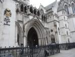 L'imbroglio tragique des partenariats homosexuels au Royaume-Uni: la fille d'une paire de lesbiennes doit rester en contact avec ses «deux pères»