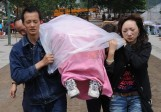 Des parents qui ont perdu leur enfant unique en Chine manifestent devant la Commission du planning familial