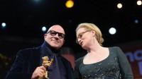 Le réalisateur italien Gianfranco Rosi recevant l'Ours d'or de la Berlinale, et la présidente du jury, Meryl Streep, le 20 février 2016.