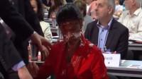 """La vidéo: Un """"Antifa"""" entarte une élue de gauche allemande qui veut limiter le nombre de réfugiés accueillis dans son pays"""