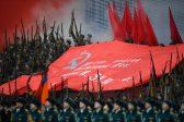 La photo: Le drapeau rouge a flotté à Moscou lors d'une parade commémorant la Seconde Guerre mondiale