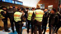 Des individus d'origine nord-africaine contrôlés par les policiers de Cologne, dans la nuit du 31 décembre 2016 au 1er janvier 2017.