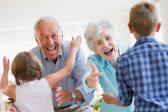 Grands-parents, dehors!<br>Vous faites du mal à vos<br>petits-enfants…