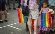 Totalitarisme gay au Canada:<br>l'Ontario adopte une loi permettant d'arracher les enfants aux parents chrétiens