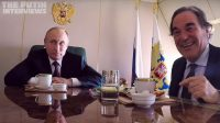 Oliver Stone tend le micro à Vladimir Poutine, qui révèle qu'il est grand-père et fend l'armure