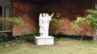 Une des statues religieuses actuelles, sur le campus de San Domenico School à San Anselmo.
