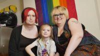 Louise, Star Cloud et Nikki Draven, dans leur maison à Middlesbrough.