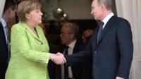 La chancelière allemande Angela Merkel et le président russe Vladimir Poutine, lors de leur dernière rencontre en mai 2017. Les deux dirigeants ont évoqué la possibilité d'étendre l'action des Casques bleus de l'Onu au Donbass