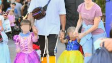La photo: Lewis Hamilton, coureur de F1, avec son neveu et sa nièce habillés en princesses