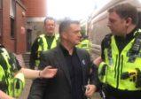 Tommy Robinson jeté en prison à Leeds pour avoir couvert le procès de violeurs «asiatiques», les médias censurés